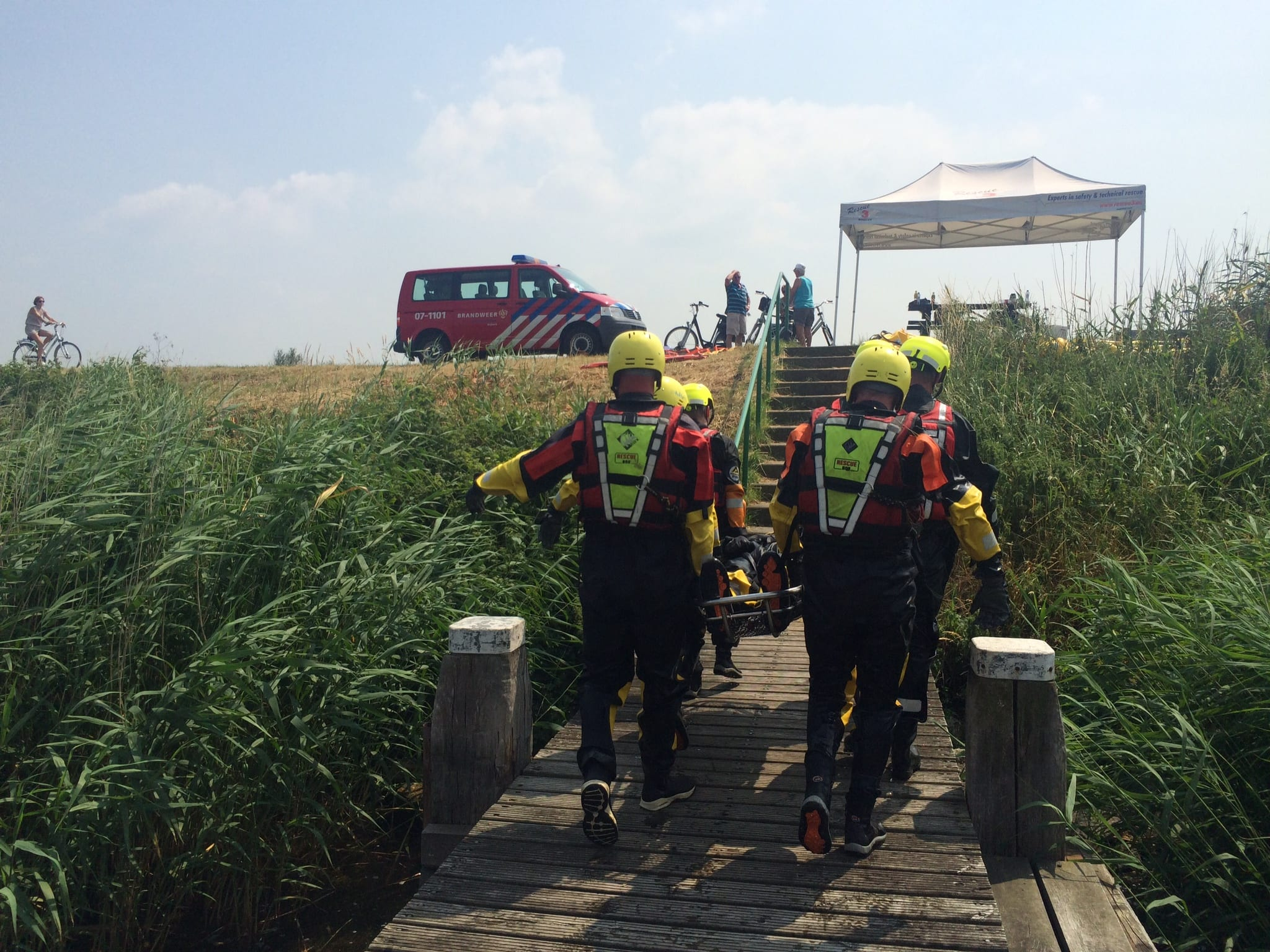 Redding collega uit water training   R3B Safety & Rescue